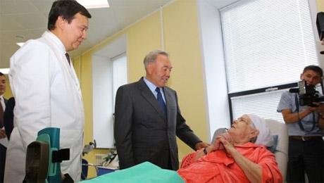 Назарбаев навестил в Актобе свою бывшую соседку