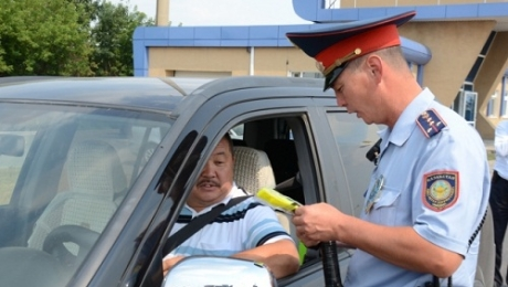 Депутаты мажилиса Парламента РК настаивают на отмене нормы, запрещающей выходить людям из автомобиля после остановки инспектором полиции