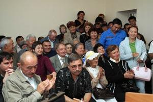 Описание: В зале Алексея Дмитриева окружали благодарные слушатели Булата Абилова.
