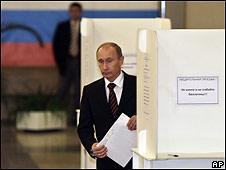 Владимир Путин с бюллетенем на выборах 11 октября