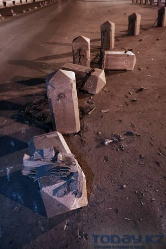 В Алматы «пьяный» «Мерседес» врезался в декоративное ограждение памятника Независимости (фото)