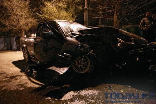 Лихач на БМВ врезался в дерево (фото)