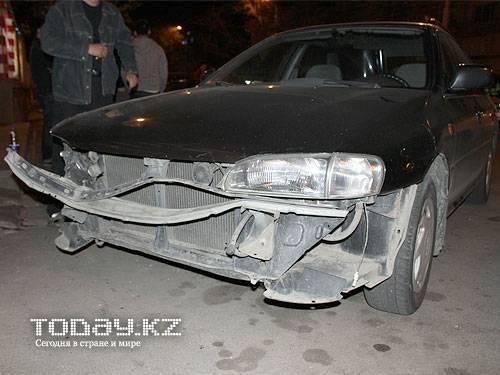 В центре Алматы водитель Субару врезался в мотоциклиста (фото)