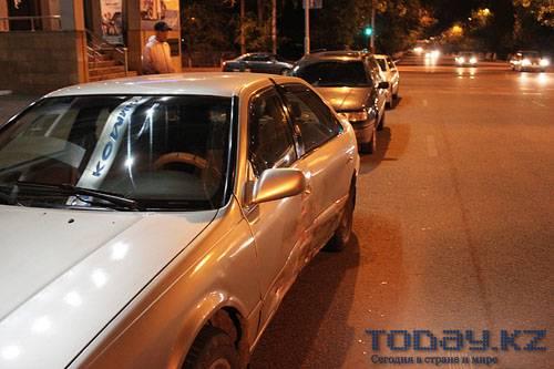 Две «Тойоты» столкнулись в центре города, одна из них врезалась в столб (фото)