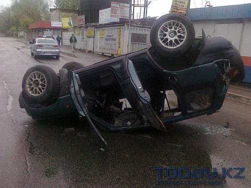 По улице Лавренева перевернулся автомобиль «RAV-4» (фото)