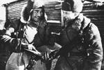 Бауржан Момыш-Улы (слева) - Гвардии подполковник 8-й стрелковой дивизии им. Генерал-майора Панфилова.