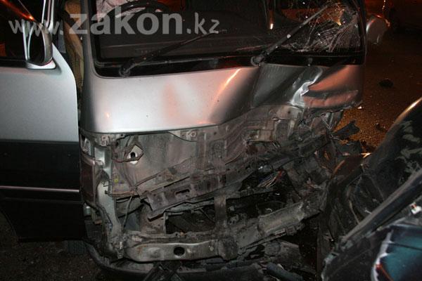 В Алматы, в лобовом столкновении машин, пострадали два водителя (фото)