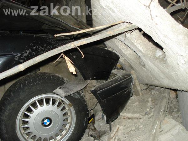 Бетонный забор не выдержал удара двух машин (фото)