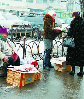 """Торговцы мясом вернулись на улицу Макатаева  и готовы сражаться за свое """"рабочее место"""""""