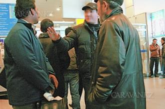 Таксисты не дают прохода приезжающим в здании аэропорта