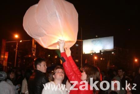 Любовь прошла - фонарики остались. День влюблённых в Алматы (фото)