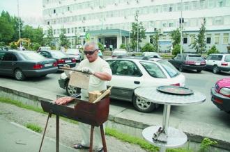 На стихийную продажу шашлыка  под окнами  Бостандыкского акимата чиновники даже не обратили внимания