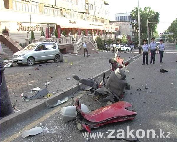 Ужасное ДТП в Алматы: на ул. Фурманова Мицубиси разорвало об столб - 4 человека погибло (ФОТО)