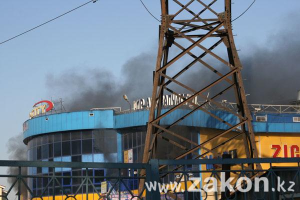 В Алматы в торговом доме «Car City» пожар (фото)