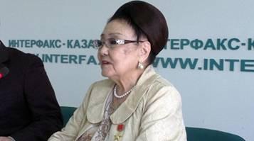Бибигуль Тулегенова советует Мухтару Шаханову не задевать языковой вопрос и заниматься поэзией