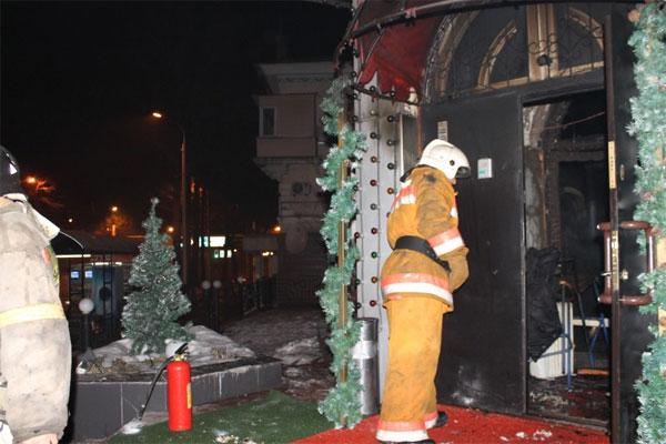 В Алматы полностью выгорел ночной клуб (фото)