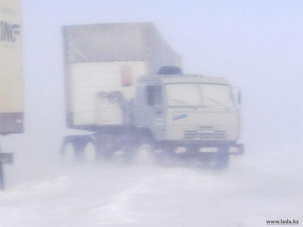 В Мангистауской области в снежном плену застряли более 50 автомашин (фото)