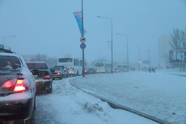 В центре Астаны в крупной аварии столкнулись 8 автомашин и «Скорая помощь» (фото)