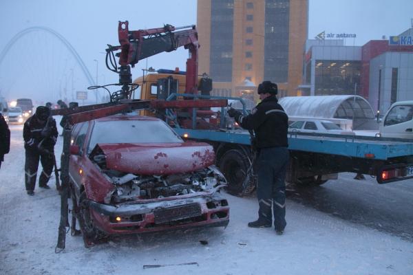 В центре Астаны в крупной аварии, сегодня, 19 марта, столкнулись 8 автомашин и «Скорая помощь»
