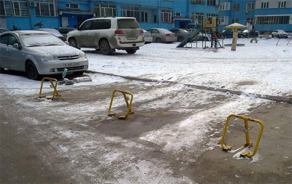 Расстояние от подъездов домов, на котором могут парковаться машины никак не регламентировано - К.Касымов