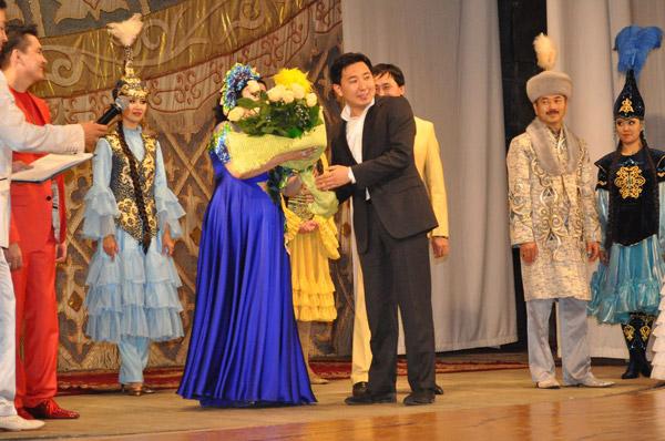 Макпал Жунусова выступила с коллективом Семейского театра танца и песни (фото)