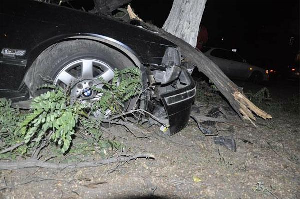 Пьяная компания, возвращаясь со свадьбы, разбила BMW (фото)