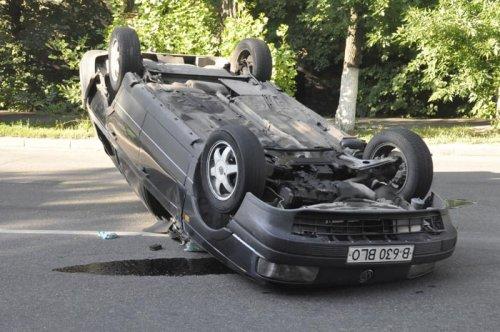 В Алматы средь белого дня, после ДТП перевернулся Volkswagen (ФОТО)