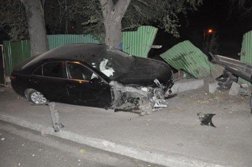Пьяный водитель снес забор и ворота частного дома в Алматы (ФОТО)