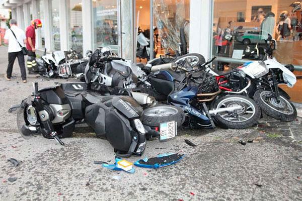 Черный «Ламбо» разнес вдребезги ряд припаркованных на продажу новеньких мотоциклов BMW (фото)