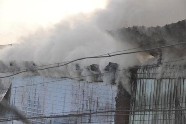 В Алматы загорелась барахолка (фото)