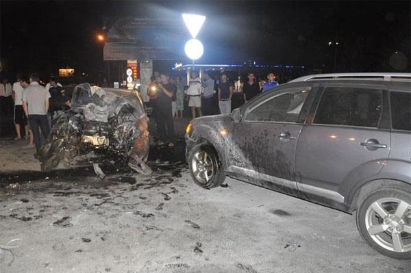 В Алматы Lexus на скорости более 150 км/ч влетел в столб (фото)