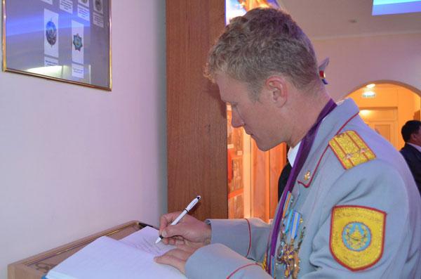 Олимпийский чемпион Александр Винокуров встретился с полицейскими Северного Казахстана и получил от них подарки (фото)