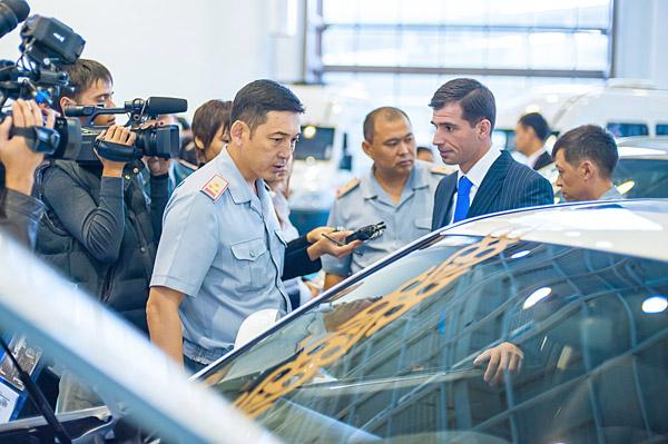 Руководству Министерства обороны представили казахстанские авто и спецтехнику (фото)
