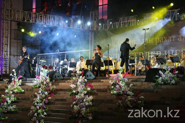 Парад оркестров в Алматы завершали классикой рока (фото)