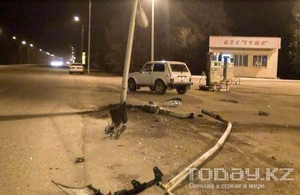 В Алматы на Северном кольце «Тойота» врезалась в столб (фото)