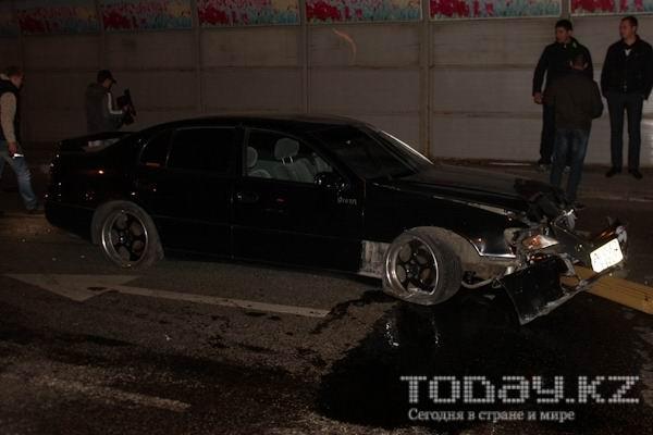 В Алматы водитель, уходя от столкновения, снес светофор (фото)