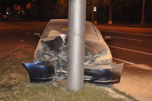 В Алматы пьяный водитель автомашины Toyota снес знак и врезался в столб (фото)