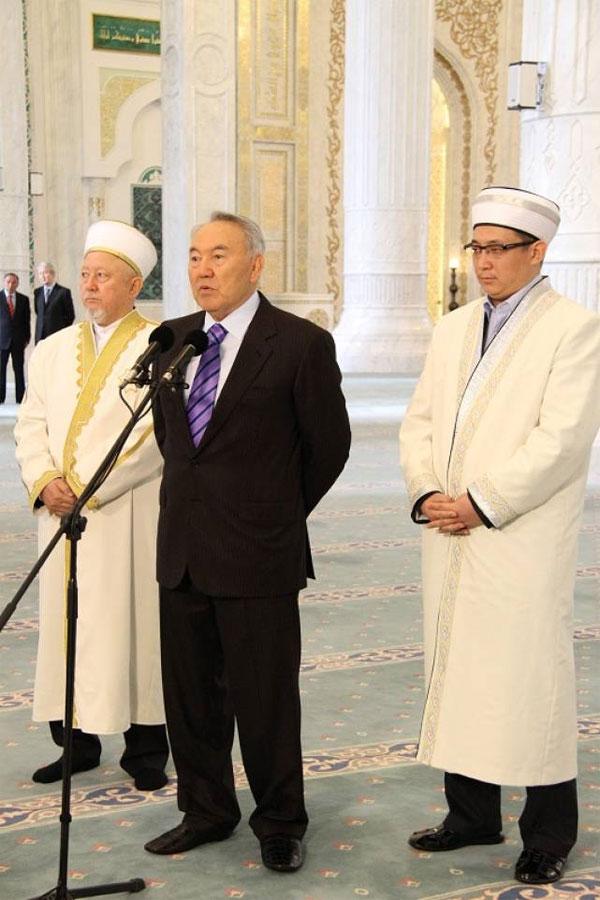Президент поздравил мусульман с Курбан айтом (фото)