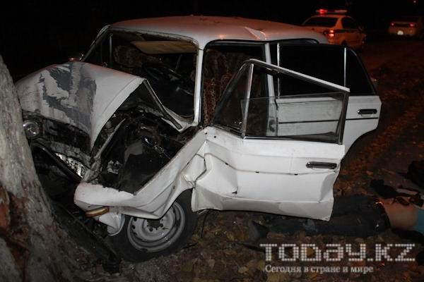 В Алматы водитель «Жигулей» погиб, врезавшись в тополь (фото)