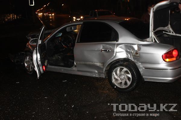Неисправный светофор стал причиной ДТП в центре Алматы (фото)