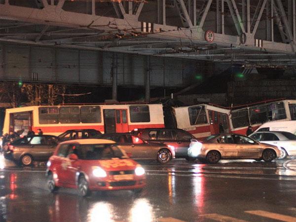 В Петербурге взбесившийся трамвай с пассажирами умчался от вагоновожатого и протаранил мост (фото)
