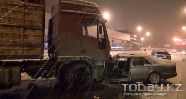 В Алматы спасатели доставали из-под фуры «Мерседес» (фото)