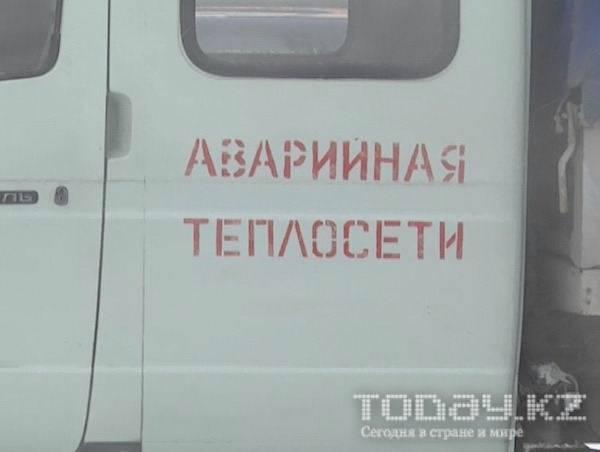В Алматы из-за прорыва теплотрассы несколько автомобилей оказались в арыке (фото)