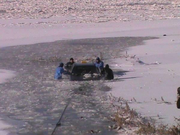 На Сырдарье спасли людей из проваливающейся под лед машины (фото)
