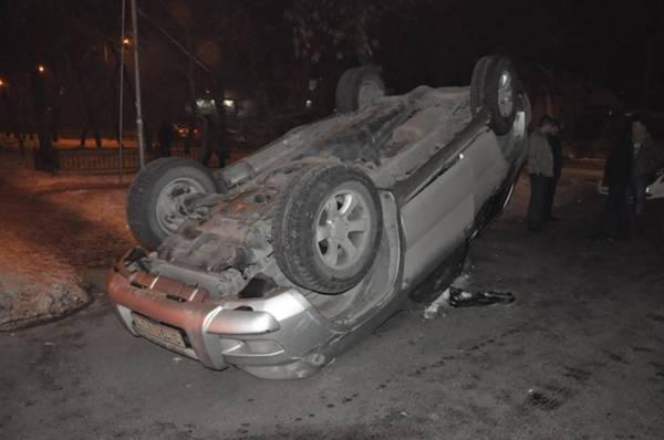 В Алматы на улице Гагарина перевернулся Prado (фото)