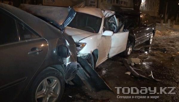 В Алматы пьяный водитель «Мерседеса» протаранил четыре автомобиля