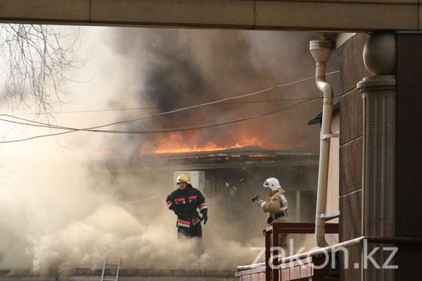 В Алматы горит административное здание магазина «Столичный» (фото, доп)