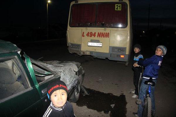 В Уральске водитель на легковом автомобиле врезался в стоящий автобус (ФОТО)