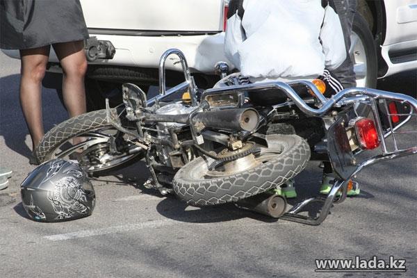 В Актау подросток на мотоцикле протаранил джип