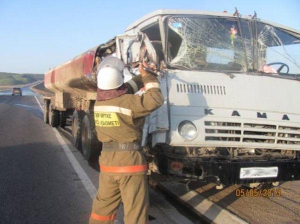 В результате ДТП в Жамбылской области на дорогу вылилось около 3 тонн масла (фото)